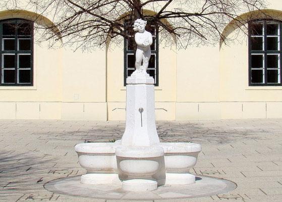 ein kleiner Brunnen nächst Orangerie