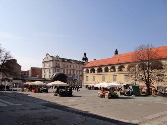 Der Freiheitsplatz - Trg svobode - und das NOB Denkmal