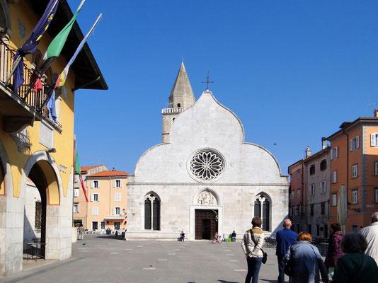 Piazza Marconi mit dem Dom Santi Giovanni e Polo