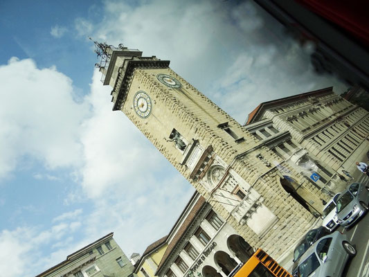 der Torre dei Caduti in der Unterstadt liegt an der Piazza Vittoria Veneto - der markante Stadtturm wurde als Denkmal für die Gefallenen aus Bergamo im 1. Weltkrieg in den 1920er Jahren eingeweiht