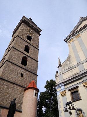 der schwarze Turm neben der St. Nikolauskirche