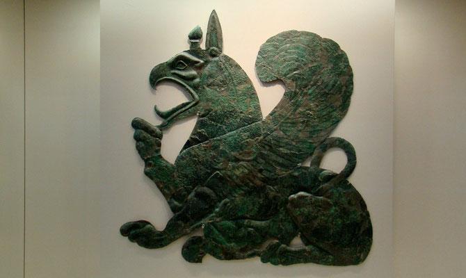 Bronzeblech - Greifin, die ihr Junges säugt