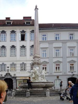 """Brunnen der drei Flüsse des Landes Krain am Rande des Stadtplatzes (Mestni trg), auch unter """"Robba-Brunnen"""" bekannt - ist eines der bekanntesten Barockdenkmäler in Ljubljana"""