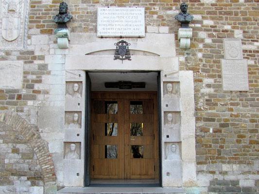 Bronzebüsten der Bischöfe Enea Silvio Piccolomini und Andrea Rapicio über dem Hauptportal