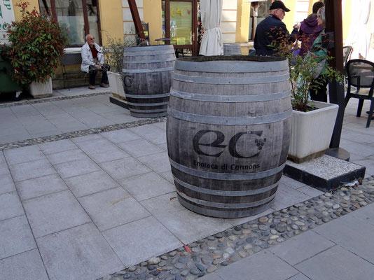 Warten bis die Enoteca aufsperrt für unsere Weinverkostung