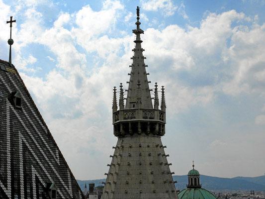 einer der Heidentürme und die Kuppel der Peterskirche