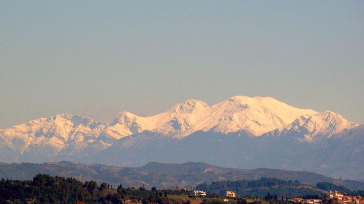 die schneebedeckten Berge des Peloponnes