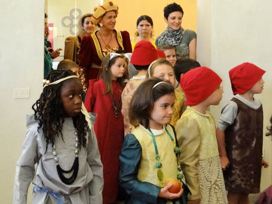 Schulkinder bei der Führung in Kleidung früherer Tage