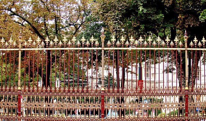 der Hofburgzaun ist ein repräsentativer historischer Eisenzaun mit Steinsockel im Stil des Neo-Barocks, der den Burggarten, Heldenplatz und Volksgarten gegen die Ringstrasse eingrenzt