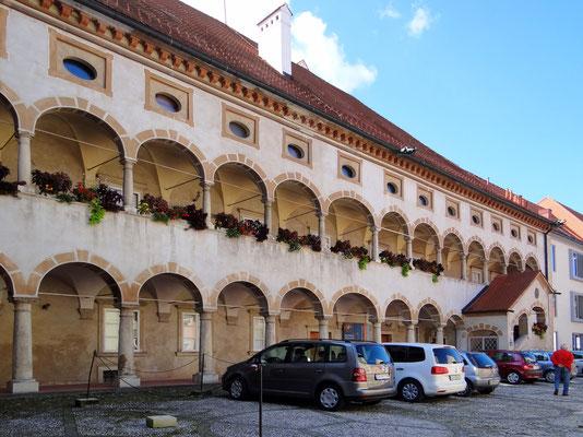 der alte Grafschaftspalast aus dem 16. Jahrhundert - ein schönes Renaissance-Gebäude mit einer Zwei-Ebenen-Arkade