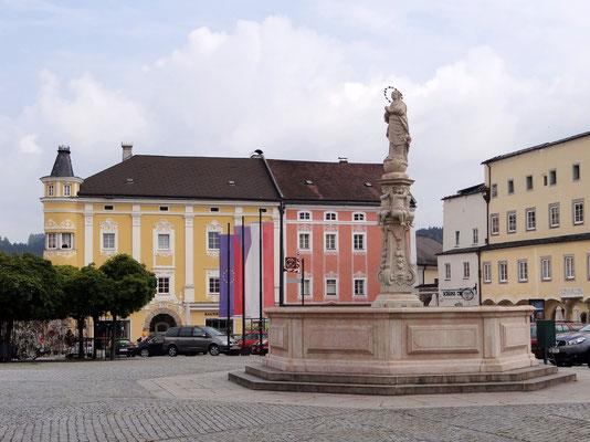 in der Mitte des 6.500m² grossen Hauptplatzes steht der barocke Marienbrunnen (1704)