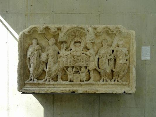 """Ehrensitzrelief - """"Die Sella curulis"""" - wahrscheinlich 150 n. Chr. entstanden"""