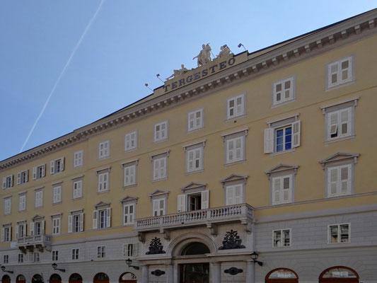 der Palazzo del Tergesteo befindet sich zwischen zwei symbolträchtigen Gebäuden von Triest - der alten Börse von Triest und dem Opernhaus Theatro Verdi