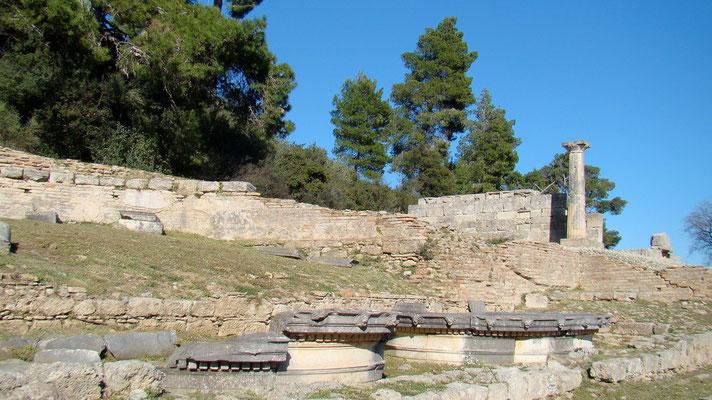 der Schaubrunnen, Teil des Aquädukts, den der Mäzen Herodes Atticus und seine Gemahlin Regilla ins Heiligtum weihten