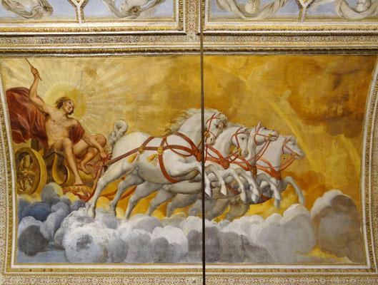 ein Detail im Spiegelsaal mit Fresken einheimischer Meister