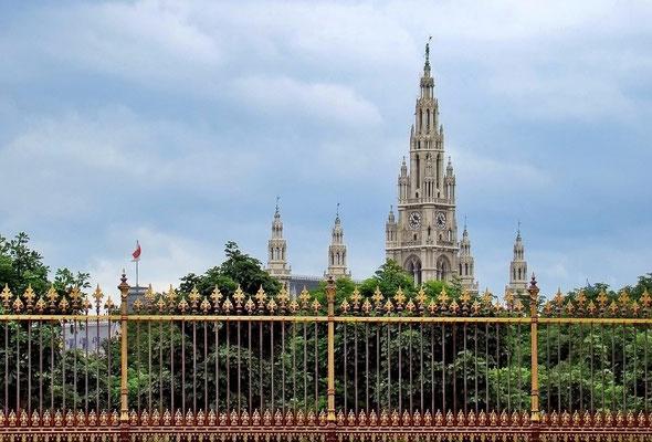 Blick vom Burgtor zum Rathaus