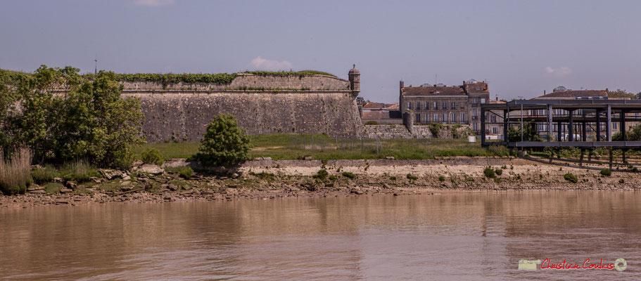 La présence d'un éperon rocheux dominant de 35 mètres l'estuaire de la Gironde explique l'établissement précoce de fortifications à l'emplacement de l'actuelle citadelle. 06/05/2018