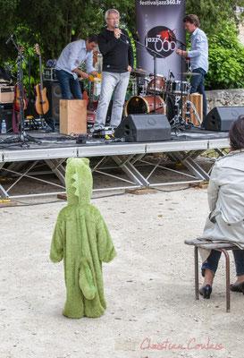 Tandis que Bernard Capdepuy, élu de Quinsac, annonce la suite des festivités, un drôle de crocodile émerge du public ! Festival JAZZ360 2016, Quinsac, 12/06/2016