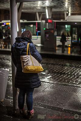 Extérieur nuit, attente smartphone sous la pluie, tramway, ligne C, rue Charles Domercq, Bordeaux