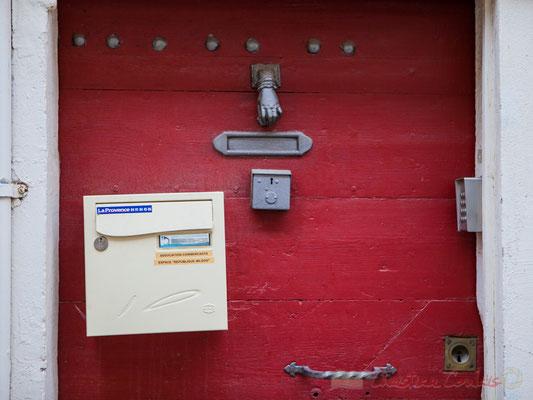 """32 """"Eh-volution civilisationnelle"""" Détail de porte, digicode, boîte à lettre, heurtoir, etc. Arles"""
