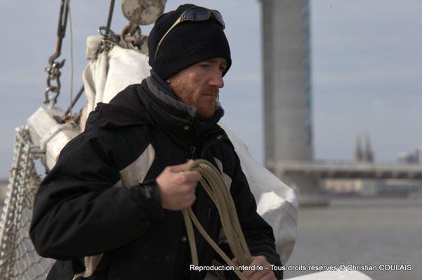 Le matelot termine le rangement des cordages du grand foc affalé. Gabare les Deux Frères, Bordeaux, samedi 16 mars 2015