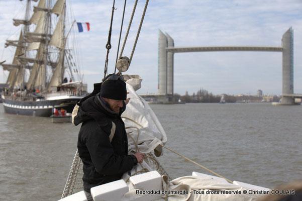 E Le matelot affale le grand foc, de la gabare les Deux Frères, afin de poursuivre a remontée uniquement au moteur, par sécurité. Bordeaux, samedi 16 mars 2013