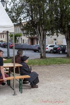 Quinsac, une averse traverse la commune, le public s'éparpille, pas pour longtemps. Festival JAZZ360 2016