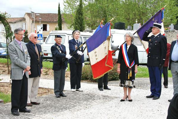 Minute de silence. Hommages et commémoration de l'Armistice du 8 mai 1945 à Cénac, ce vendredi 8 mai 2009.