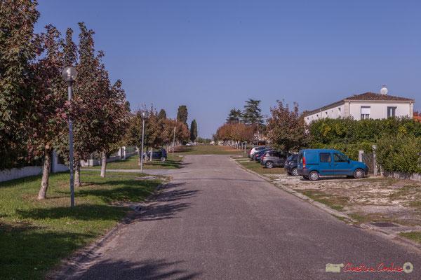 Avenue des vignerons, vers la place du bourg. Cénac, Gironde. 16/10/2017