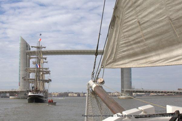 C Le Belem est en approche du pont Jacques Chaban-Delmas pour son inauguration. Le matelot termine le rangement des cordages du grand foc affalé. Gabare les Deux Frères, Bordeaux, samedi 16 mars 201