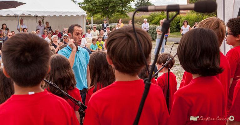 Vincent Nebout, professeur des écoles, dirige la chorale de l'école du Tourne. Festival JAZZ360 2018, Cénac. 08/06/2018