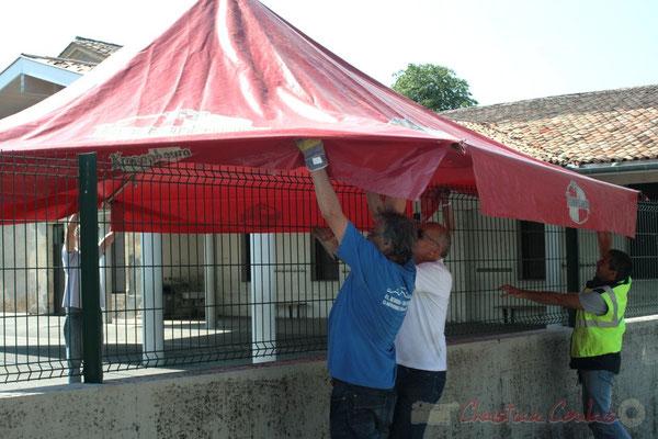 Installation de la buvette par les bénévoles. Festival JAZZ360, Les coulisses du Festival à Cénac. 03/06/2011