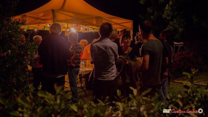 Après le concert de Louis Sclavis Quartet, buvette et échanges sur cette très belle mais trop chaude soirée. Festival JAZZ360 2018, Cénac. 08/06/2018
