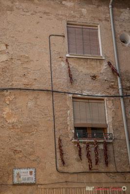 Façade de maison, aux piments qui sèchent /  Fachada de casa, con pimientos de secado, Tudella, Navarra