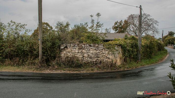 Mur d'enceinte de la ferme de Graves, face au château de Montignac. Cénac. 21/12/2009