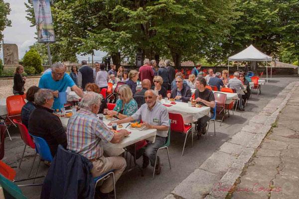 Le soleil est même de retour le temps du repas au pied de l'église Sainte-Eulalie. Festival JAZZ360 2016, Camblanes-et-Meynac