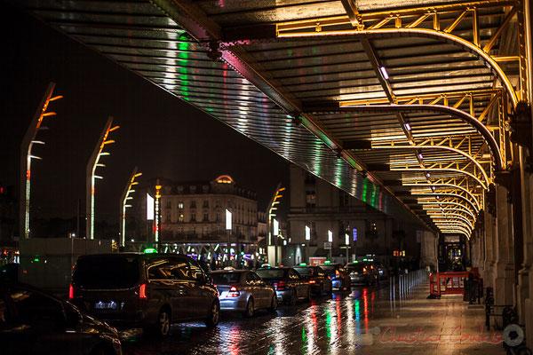 """Extérieur nuit, attente des taxis, aile """"Sortie"""" de la Gare Saint-Jean, Bordeaux"""
