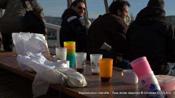 Pause-café de l'équipage associatif les Chantiers Tramasset sur la gabare les Deux Frères. Bordeaux, samedi 16 mars 2013