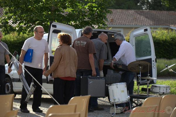 Les bénévoles emportent le matériel prêté par l'Association Musicale de Cénac. La 1ère partie de ce vendredi 8 juin 2012 est terminée. Festival JAZZ360 2012