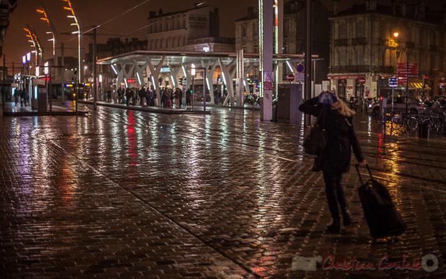 Extérieur nuit, voyageuse sous la pluie, rue Charles Domercq, Bordeaux