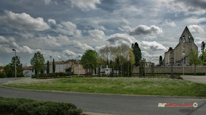 Le square, allée des écoliers, parvis de l'église Saint-André. Le village primitif devait se situer aux alentours sur ce coté ouest. Cénac, 14/04/2009