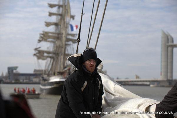 A Le matelot affale le grand foc, de la gabare les Deux Frères, afin de poursuivre a remontée uniquement au moteur, par sécurité. Bordeaux, samedi 16 mars 2013