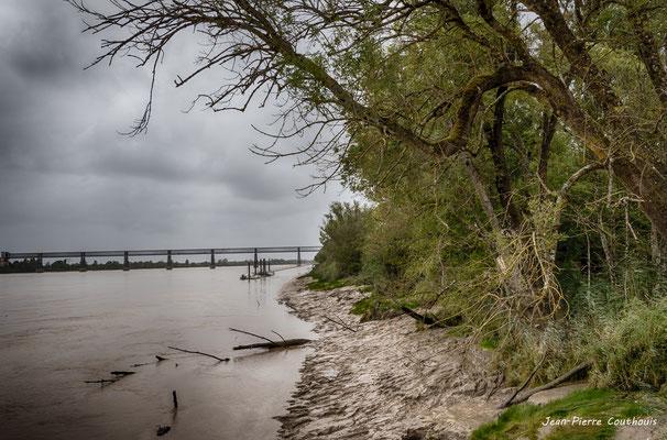 Rivage de la Garonne et pont ferroviaire Lebrun, Dayde et Pile, Cubzac-les-ponts. Samedi 26 septembre 2020. Photographie HDR © Jean-Pierre Couthouis