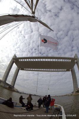 C « Gironde, Conseil général » Premier passage, non inaugural, de la gabarre les Deux Frères sous le pont Jacques Chaban-Delmas. Bordeaux, samedi 16 mars 2013
