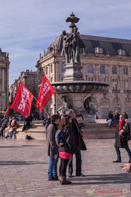 Trois militant-es Lutte Ouvrière / Trois Grâces. Manifestation intersyndicale contre les réformes libérales de Macron. Place de la bourse, Bordeaux, 16/11/2017