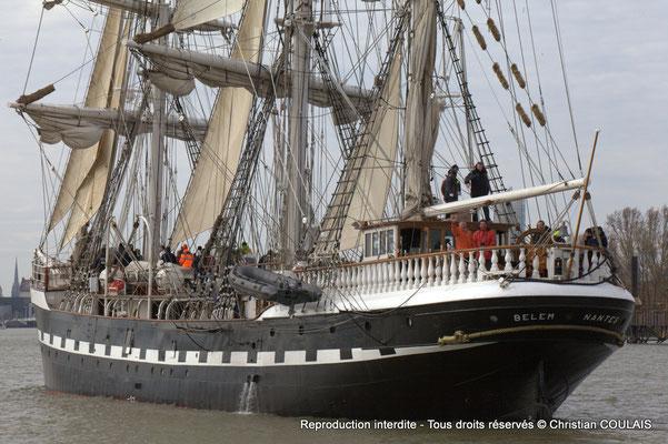 Le Belem remonte le fleuve Garonne vers le pont Jacques Chaban-Delmas pour son inauguration. Bordeaux, samedi 16 mars 2013