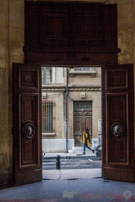"""38 """"Passante à l'écharppe jaune"""" Porte double battant de l'Hôtel de ville d'Arles"""