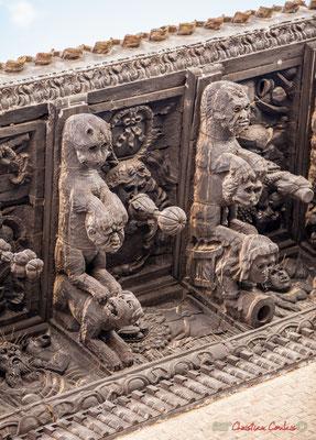 """5/7 Treize modillons représentent des animaux fantastiques, en train d'attraper des têtes humaines, flore et fruits exotiques et arrière-plan avec des """"indiens"""" et figurent grotesques. Palais d'Ongay-Vallesantoro, Sangüesa, Navarre"""