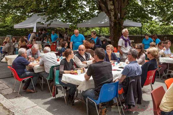 Le soleil est même de retour le temps du repas au pied de l'église Sainte-Eulalie. Festival JAZZ360 2016, Camblanes-et-Meynac, 11/06/2016