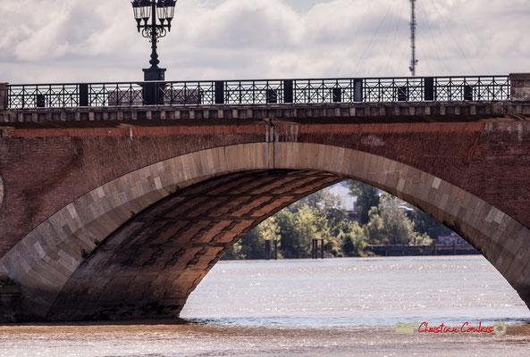 Pont de pierre : longueur 487m; 17 arches; 16 piles; d'une largeur initiale de 14,6 mètres, il est passé à 19 mètres en 1954. Bordeaux, 22/06/2019 Reproduction interdite - Tous droits réservés © Christian Coulais
